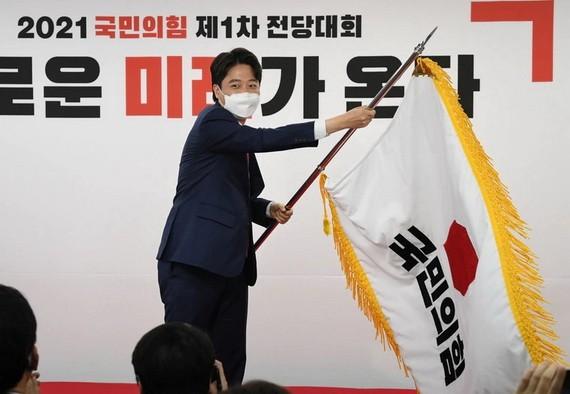 現年36歲的李俊錫以43.8%的得票率當選黨首。(圖源:路透社)