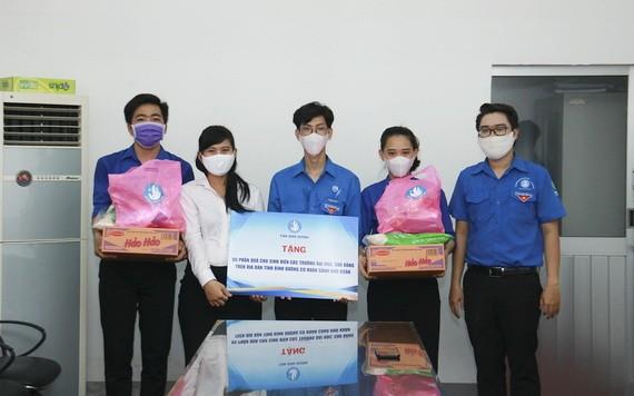 共青團平陽省省委向貧困大學生贈送必需品。(圖源:平陽大學)