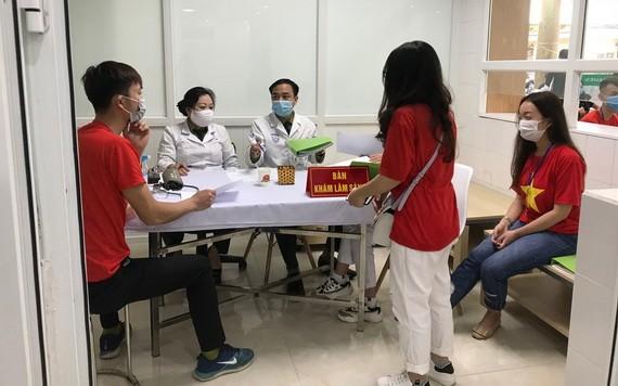 各志愿者登记参加试验注射国产疫苗。