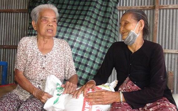 五婆(右)帶著善良的笑容向泰婆贈送大米。