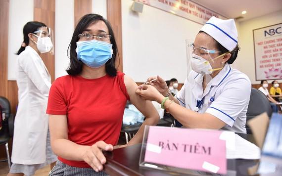 工人接种疫苗。(图源:TTO)