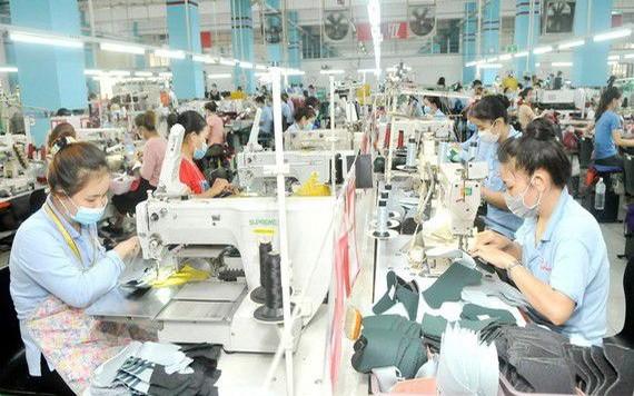 守德市一家出口运动鞋企业的生产线。