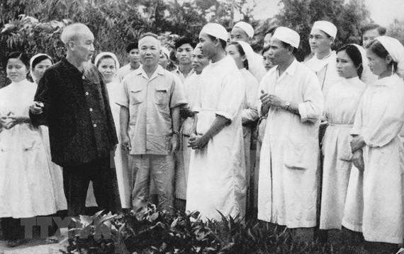"""胡伯伯於1963年探望河西省一家診所時囑咐此地幹部須實行""""醫生如慈母""""。"""