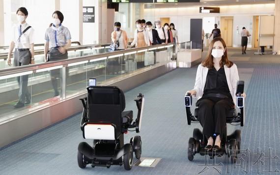日本羽田機場將擴大引進自動駕駛輪椅。(圖源:共同社)