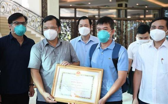 一名醫護人士榮獲政府總理獎狀。(圖源:越通社)