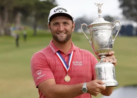 在本月20日進行的美國高爾夫公開賽最後一輪的爭奪中,西班牙名將拉姆以67桿、低於標準桿4桿的成績收官,最終以四輪278桿、低於標準桿6桿的總成績收穫冠軍,這也是他職業生涯第一個高爾夫大滿貫冠軍。(圖源:互聯網)