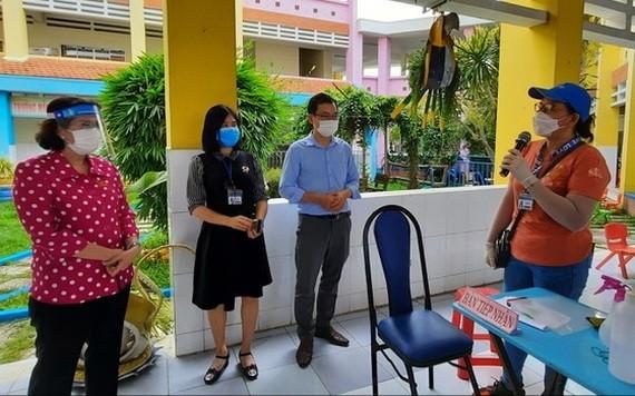 市越南祖國陣線委員會主席蘇氏碧珠(左一)親往視察舊邑郡的一個新冠疫苗接種地點。(圖源:淮南)