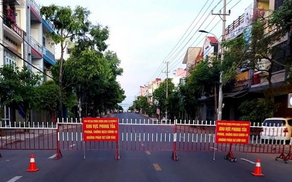 圖為綏和市的一條馬路被封鎖。(圖源:文幸)