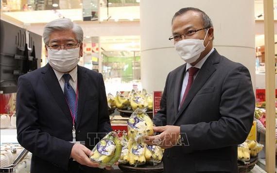 日本AEON公司代表推介越南香蕉。(圖源:越通社)