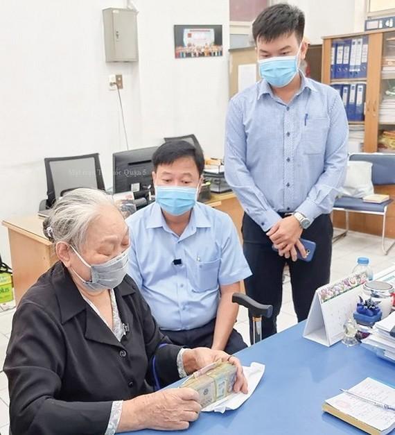 阮氏草老大娘(77歲,家住第五郡第六坊)向新冠疫苗基金會捐款。