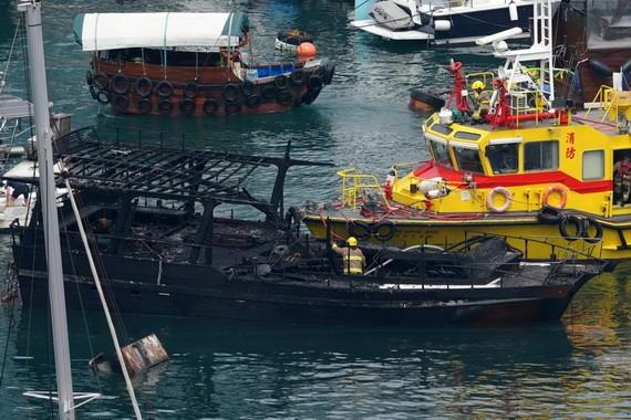 一艘船隻嚴重受損。(圖源:互聯網)