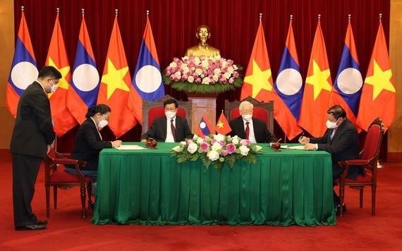 總書記阮富仲和老撾人民革命黨中央總書記通倫‧西蘇里見證了兩國之間合作文件的簽署儀式。(圖源:越通社)