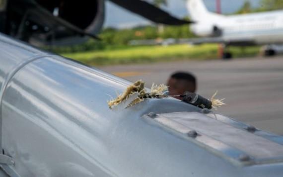 這是6月25日在哥倫比亞東北部北桑坦德省省會庫庫塔拍攝的哥倫比亞總統杜克所搭乘的直升機上的槍孔。 (圖源: 新華社)