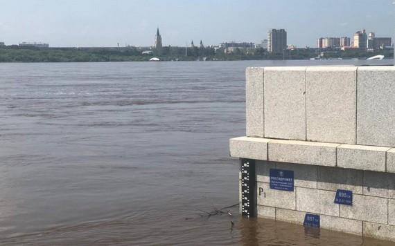 布拉戈維申斯克市附近阿莫爾河水位當日超過警戒水位線,達到854釐米。(圖源:互聯網)