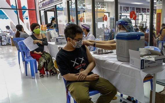 市民接种新冠疫苗。(图源:VnE)