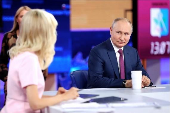 俄羅斯總統普京當地時間6月30日通過電視直播與俄民眾進行連線,回答民眾關心的各種問題。(圖源:路透社)