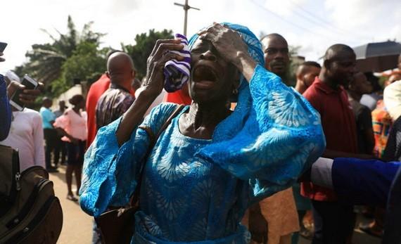 7月5日,在尼日利亞卡杜納州,被綁架學生的家長聚集在發生綁架案件的中學附近。(圖源:互聯網)