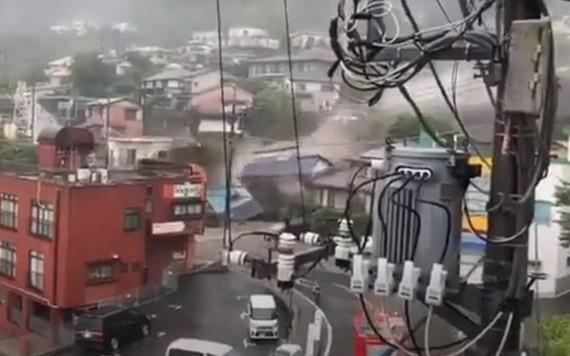 當地時間7月3日上午,日本靜岡縣熱海市發生土石流意外,民宅在一瞬間被土石掩埋。(圖源:視頻截圖)