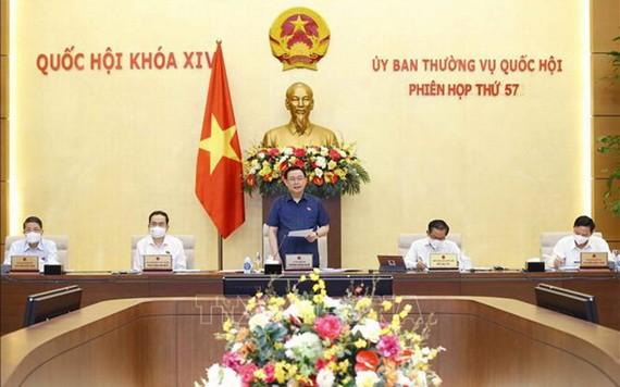 圖為國會主席王廷惠(中)主持國會常委會第 57 次會議。(圖源:越通社)