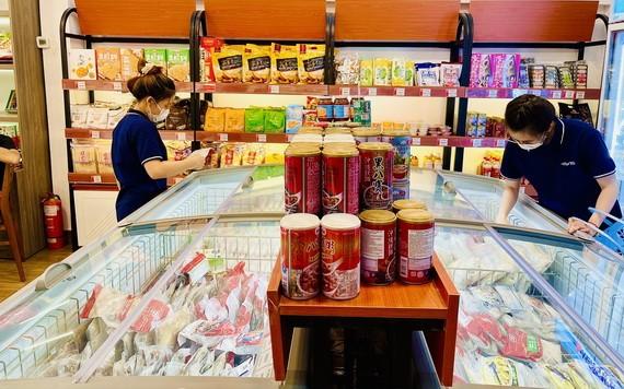 大發員工正在為線上消費者準備貨品交貨。