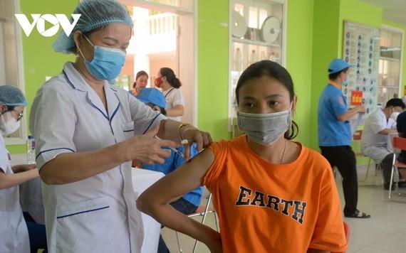 芒街市的一名女性在接種新冠疫苗。(圖源:VOV)