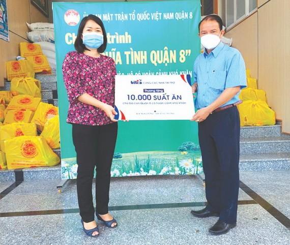 平仙公司代表將1萬份零元午餐交給 第八郡越南祖國陣線委員會。