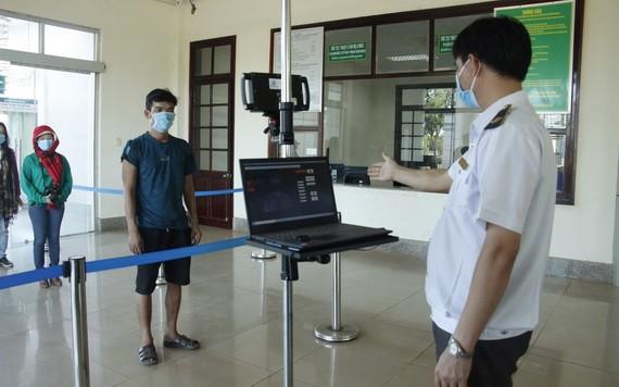 平福省華盧國際口岸工作人員對從柬埔寨入境者按防疫規定進行檢查。(圖源:裴鐮)