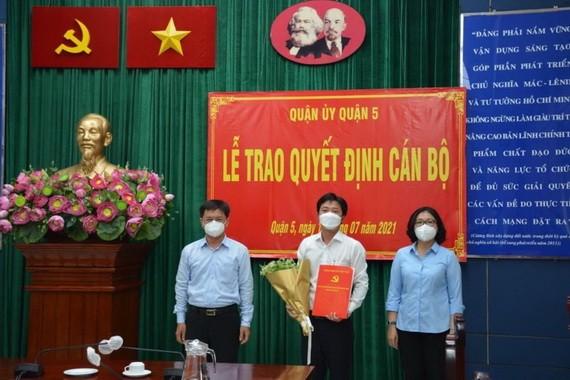 第五郡領導祝賀華人幹部郭忠孝(中)出任第九坊黨委書記。