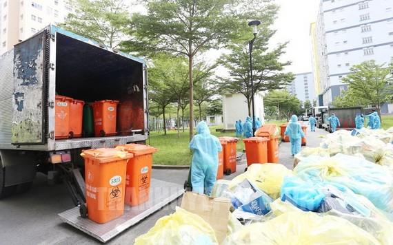 環衛工人在市國立大學宿舍集中隔離區收集醫療廢棄物。(圖源:市黨部新聞網)