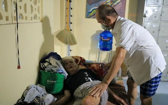 阿權把同居的老大伯當做父親般照顧。