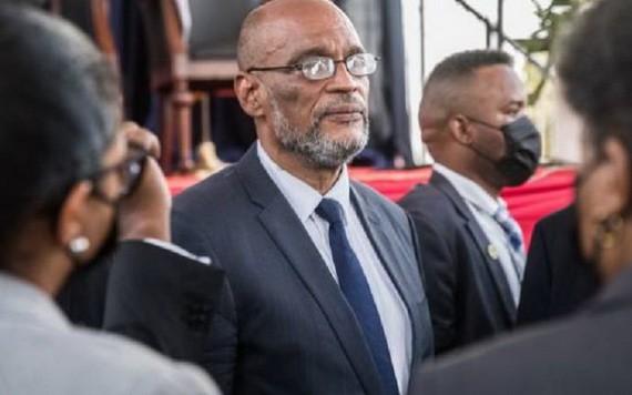 海地新政府在當地時間20日成立,阿里埃爾‧亨利(中)出任總理。(圖源:AFP)