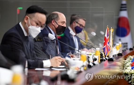 7月21日,在位於首爾龍山的南韓國防部大樓,防長徐旭和英國國防大臣本·華萊士(左二)舉行會談。(圖源: 韓聯社)