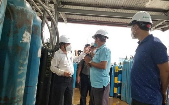 衛生部工作團視察一家制氧廠,確保醫用氧氣供應源。(圖源:衛生部)