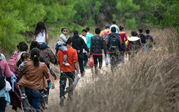 2021年3月23日,德州米申(Mission)附近,大多數來自洪都拉斯的尋求庇護者,從墨西哥穿越格蘭德河谷後走向美國邊境巡邏隊的檢查站。(圖源:AP)