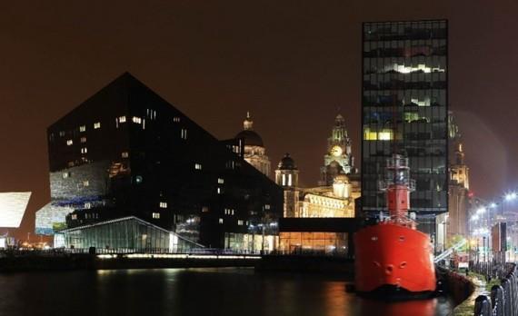 """這是2013年10月18日拍攝的被現代建築包圍的英國利物浦海上商城最著名傳統建築群""""美惠三女神""""。(圖源:新華社)"""