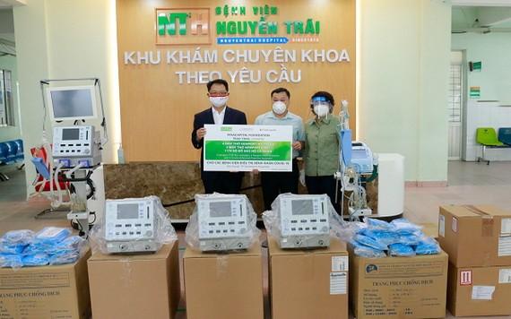VCF代表在阮廌醫院向市越南祖國陣線委員會代表移交 8部助吸器及醫療用品。(圖源:明英)