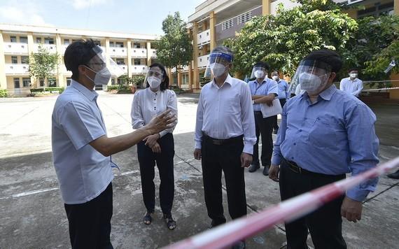 政府副總理武德膽(左一)親往檢查古芝縣無症狀新冠肺炎感染者收容區。(圖源:VGP)