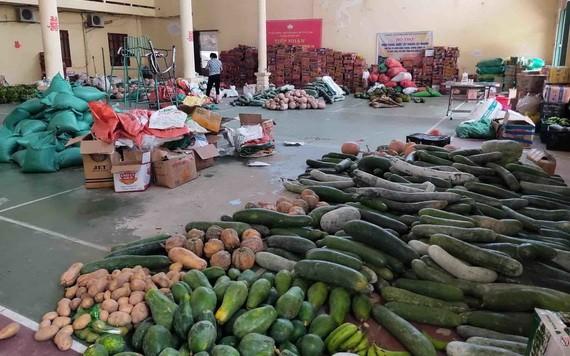 聚集點擺放著河靖同胞贈送本市的新鮮蔬果及食品。(圖源:VNN)