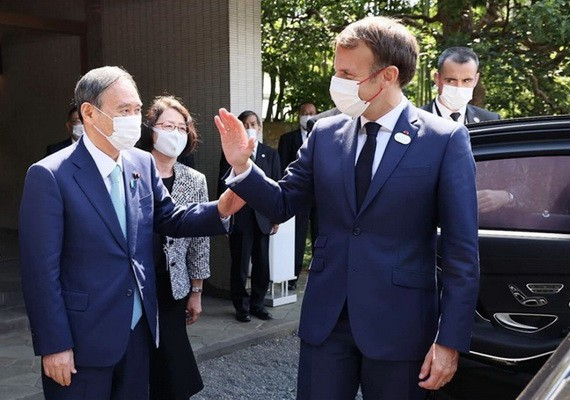 日本首相菅義偉(左)與法國總統馬克龍會晤。(圖源:互聯網)