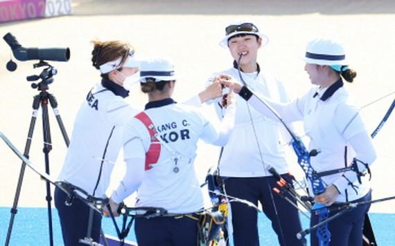 韓女子神箭手祝賀勝利。(圖源:韓聯社)
