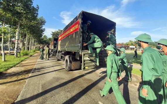 第七軍區司令部調動500名官兵支援平陽省民眾抗疫。(圖源:第七軍區)