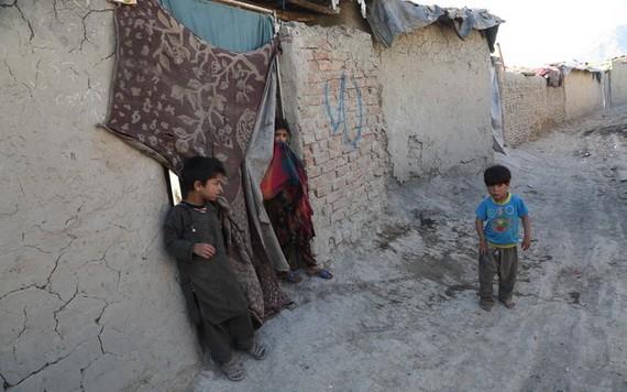 """這是 5月31日拍攝的居住在阿富汗首都喀布爾一處""""國內流離失所者""""營地的兒童。(圖源:互聯網)"""