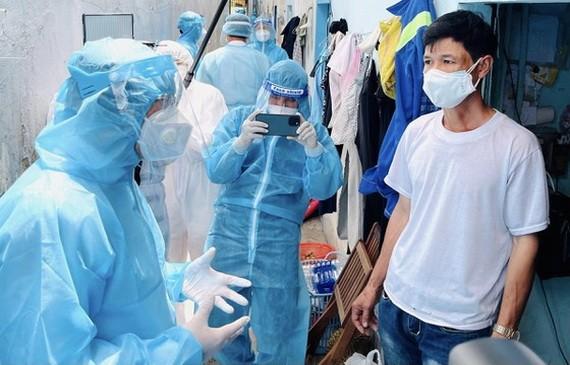 市委書記阮文年(左)親切慰問勞動者的生活情況。(圖源:喬峰)