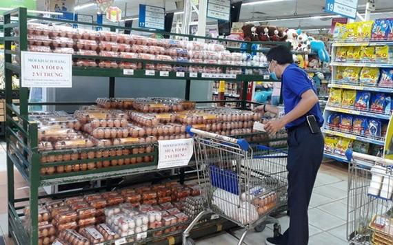 一名男性消費者在超市選購蛋類。(圖源:B.H)