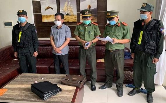 執法警員向陳春龍(左二)宣讀拘捕令。(圖源:洪陳)