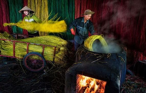 《曬莎草席》作品獲得2021年度攝影大賽獎項。