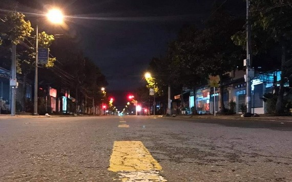永隆市一街頭夜間寂靜無影人。(圖源:春福)