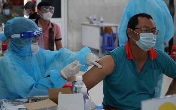 一名送貨員接受新冠疫苗注射。(圖源:黎南)