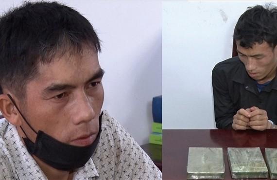 被抓獲的兩名販毒嫌犯及毒品物證。(圖源:警方提供)