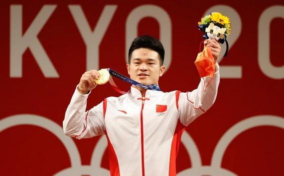 中國石智勇破世界紀錄斬獲男舉金牌